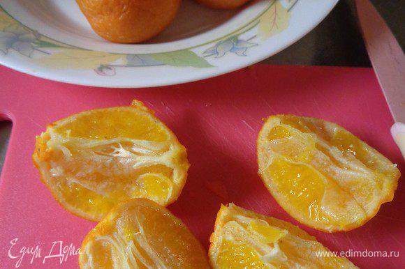 По рецепту нужно 3 средних мандарина. У меня они были мелковатые, поэтому взала 4. Варить мандарины в большом количестве воды 1,5 часа. Меньше варить нельзя, т.к. шкурка должна хорошо провариться, чтобы при измельчении у нас получилась однородная, гладкая масса.