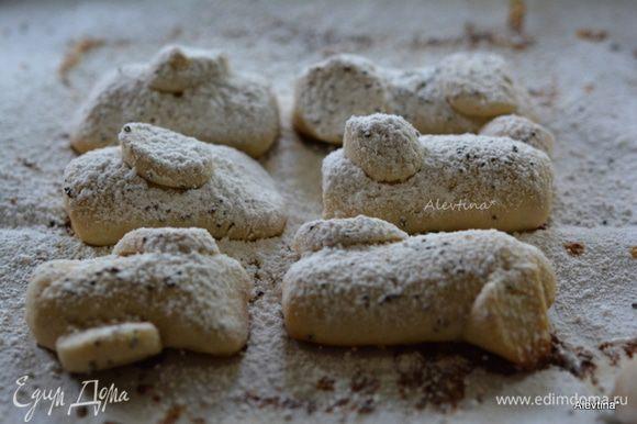 Достать готовое печенье, дать остыть. Затем посыпать сахарной пудрой.