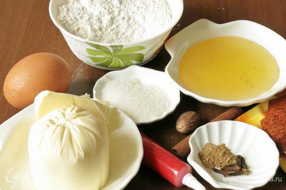 Подготовим муку, масло, сахар, яйцо, разрыхлитель, карандаши сахарные, специи — можно использовать молотые или размолоть самим (по 2 ч. л. имбиря и корицы, 0,5 ч. л. гвоздики, на кончике ножа мускатный орех, соль).