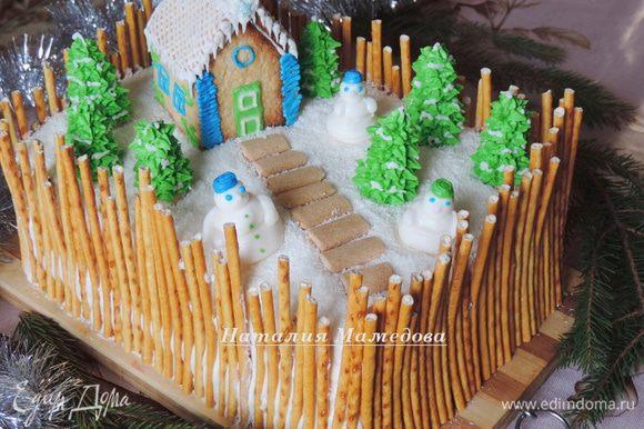 """Торт сверху щедро посыпаем кокосовой стружкой, чтоб от сливочного крема айсинг не начал подтаивать. А затем выставляем наши украшения: домик, снеговиков, елки. Из кусочков печенья """"бамбук"""" я дополнительно выложила дорожку."""
