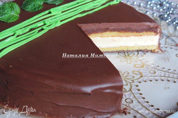 Вот и разрез торта. Торт нарезаем горячим сухим ножом. В идеале перед каждым срезом нужно сполоснуть нож кипятком и вытереть салфеткой.