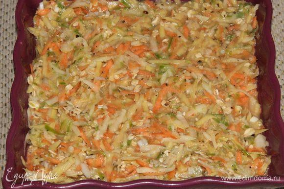 Емкость для запекания - 20х20 см, хорошо смазываем растительным маслом и выкладываем овощи, ровняем и отправляем в предварительно разогретую до 180°C духовку.