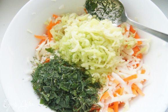 Добавить к салату редьку, натертую на средней терке и рубленую зелень. Я взяла укроп и петрушку.