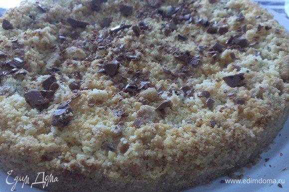 Ставим в разогретую до 190°С духовку примерно на 25-30 минут, сверху пирог должен стать золотистым. Достаем, даем остыть. Достаем из формы, нарезаем, посыпаем шоколадной стружкой или сахарной пудрой.