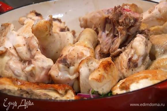 Разогреть в тяжелой сковороде сливочное и оливковое масло, выложить куски курицы кожей вверх и на сильном огне обжаривать со всех сторон до появления золотистой корочки.
