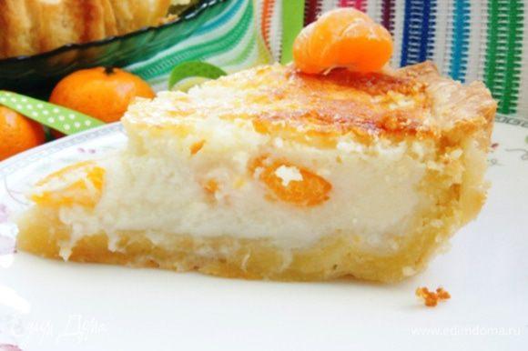 Разрезать пирог лучше после того, как он полностью остыл. Я убрала его на 30 минут в холодильник. Приятного аппетита! Радуйте своих близких вкусными пирогами!