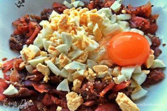 Добавляем 2 варёных яйца и одно сырое крупное.