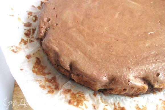 Дать остыть до чуть теплого состояния. Аккуратно снять бумагу. Натереть на терке кусочек шоколада. Боковые части (кору) оформить шоколадной стружкой (чизкейк при этом должен быть температуры чуть выше температуры тела, чтобы шоколадная стружка слегка расплавилась) с помощью лопаточки.
