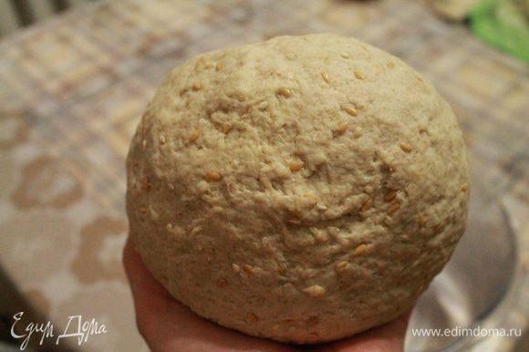 Замешиваем тесто. Просеять муку, влить воду со сливками и добавить дрожжи. Добавляем остальные продукты и замешиваем тесто. Вначале оно слегка липнет, но через минуту уже мягкое и приятное для рук.