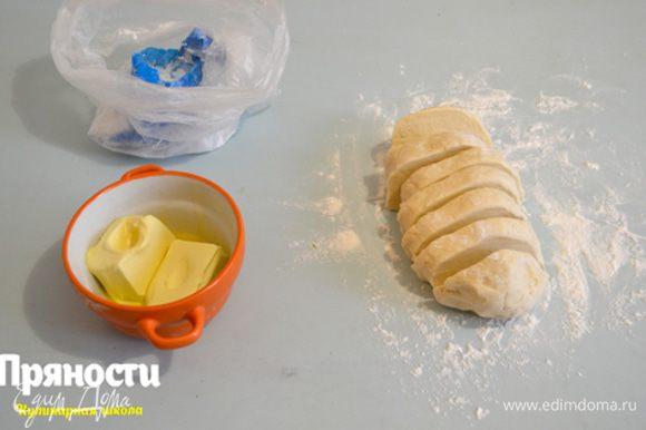 Отлежавшееся тесто достаем, делим на 8-10 кусочков.