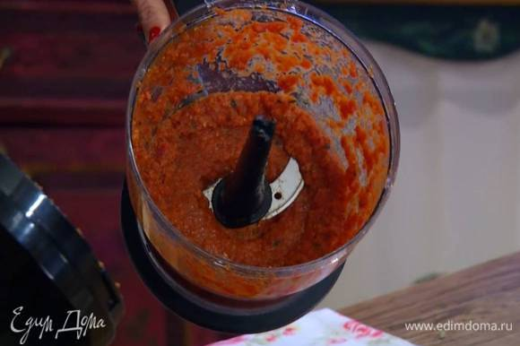 Приготовить пасту карри: в чашу блендера выложить шалот, перец чили, добавить 2 порванных руками листика кафир-лайма, листья карри, имбирь и чеснок, посыпать куркумой, пудрой чили, добавить томатную пасту, консервированные помидоры и взбить все в однородную массу.