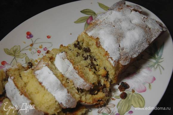 Выпекать кекс в разогретой духовке 35–40 минут. Готовый кекс посыпать сахарной пудрой.