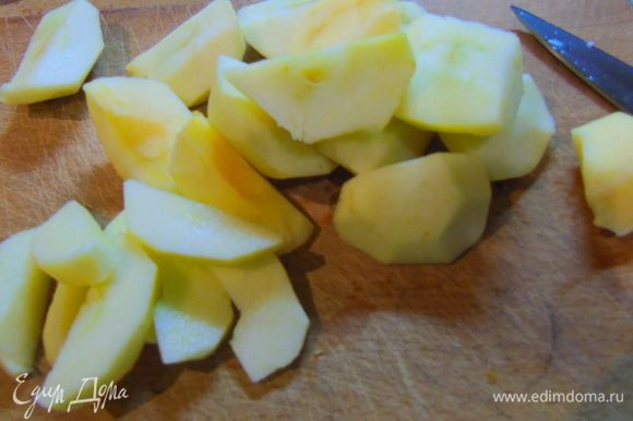 Яблоки очистите и нарежьте пластинами.