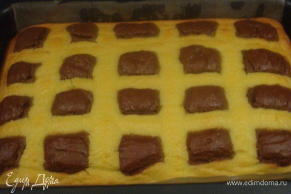 Выпекать пирог в заранее разогретой духовке при 180°C 35-40 минут. Я готовность проверяла зубочисткой.