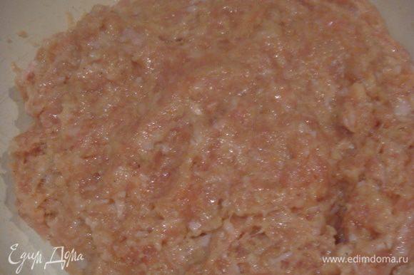 Замешиваем фарш на котлеты (фарш я покупала готовый), в фарш добавляем яйцо, панировочные сухари, манную крупу, лук трем на мелкой терке, солим, перчим, все хорошо перемешиваем.