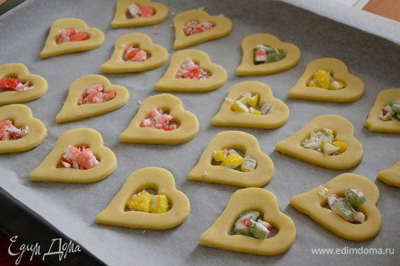 Заполнить крошкой из леденцов серединку каждого печенья.