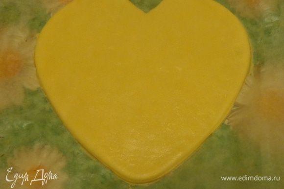 Начать надо с крупных изделий. Для этого надо подобрать 3 разных по величине формы. У меня для крупной детали форма для торта, а для мелких — формочки для печенья. Вырезать, начиная с самой большой и печь при 170 градусах минут 15-17 до приятной золотистости.