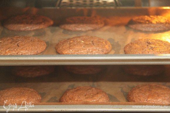 Выпекать при 180°C 20 минут. Дать печенью полностью остыть.