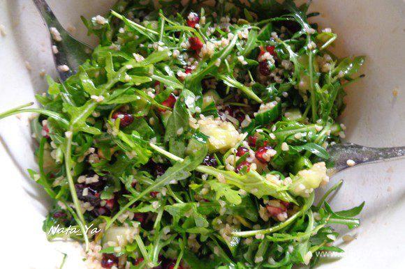 Добавить в салат оливковое масло, красный винный уксус. Все хорошо перемешать. Салат должен хорошенько пропитаться заправкой.