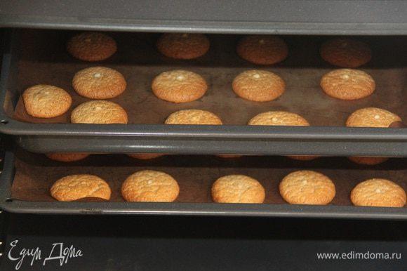 Выпекать в разогретой до 180°C духовке примерно 12-15 минут (ориентируйтесь по цвету, запаху печенья и по своей духовке, конечно).