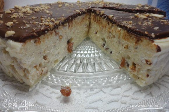 Готовый десерт переворачиваем на блюдо и заливаем шоколадом, растопленным со сливочным маслом и посыпаем орехами.
