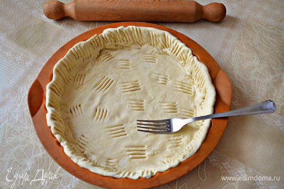 В форму смазанную маслом (если силиконовая, как у меня, то не нужно, можно лишь сбрызнуть её холодной водой) выложить тесто, сформировать небольшие бортики и наколоть вилкой. Отправить в разогретую до 200°C духовку на 10-15 минут.