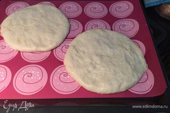 Опять раскатайте в лепешку. Переложите лепешки на противень застеленный пекарской бумагой или силиконовым ковриком.
