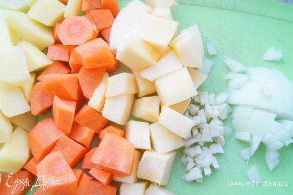 Подготовить овощи: лук и чеснок нарезать кубиками (чеснок мелко). Картофель, кабачок и морковь, почистить и порезать средними кубиками.