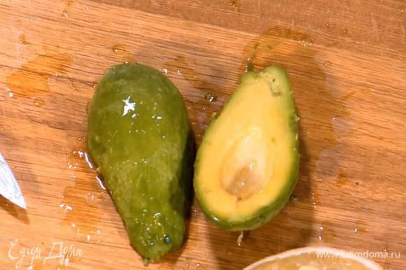 Авокадо почистить, удалить косточку, мякоть полить оставшимся лимонным соком и дать постоять.