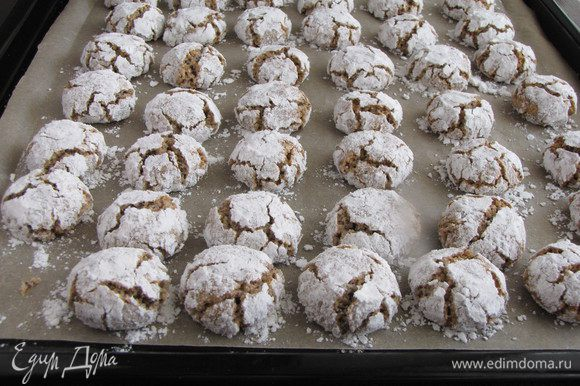Достать печенье из духовки. Вот такие получились красивые трещинки! Печенье полностью остудить.