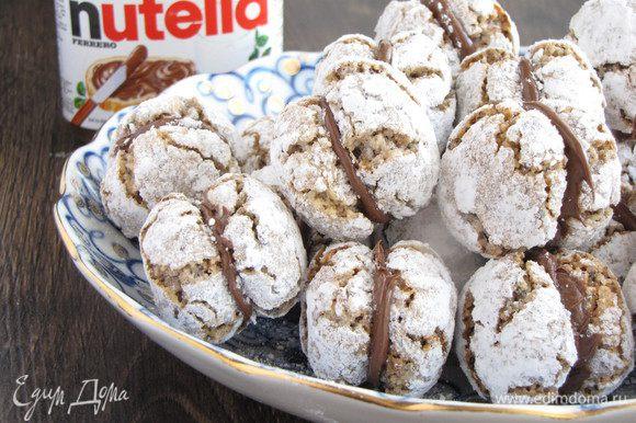 С помощью Нутеллы склеить две половинки печенья.