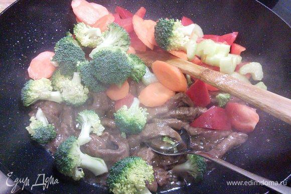 """Добавьте овощи и обжаривайте мясо с овощами ещё в течении нескольких минут. В это время поставьте вариться лапшу (у меня """"китайская"""")."""
