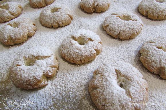 Горячее печенье посыпать обильно сахарной пудрой.