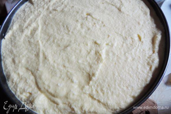 """Распределяем заливку по пирогу и снова отправляем пирог в духовку еще на 30-40 минут. Заливка должна """"схватиться"""", но не дайте ей подгореть. Пирог остудить в форме и лишь потом аккуратно снять бортики и переложить его на блюдо."""