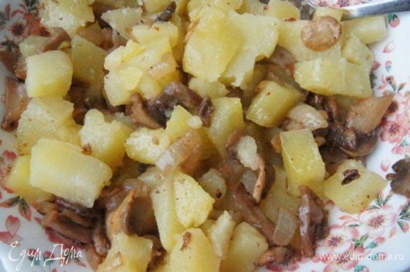 Картофель отварить почти до готовности. Остудить, нарезать кубиками и смешать с грибами.
