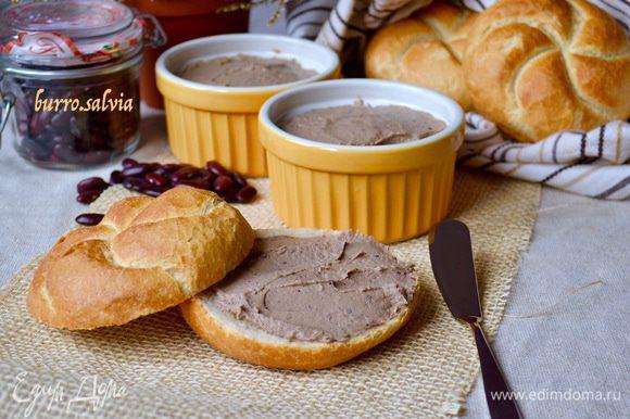 Разложить паштет по баночками или рамекинам. Перед подачей на стол хранить в холодильнике. Вкусный и нежный паштет готов!