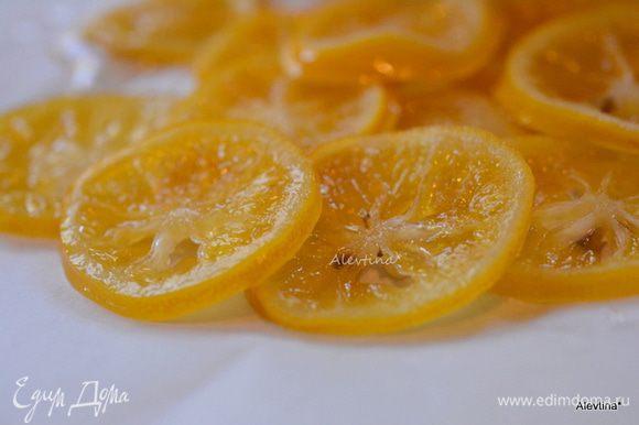 Готовые лимонные кружки переложить на пергаментную бумагу. Подавать с блинами или украшать ими блюдо из выпечки. Сироп я пью с чаем — очень вкусно.