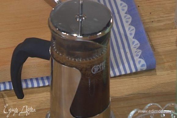 Сварить 2 стакана кофе и охладить его.