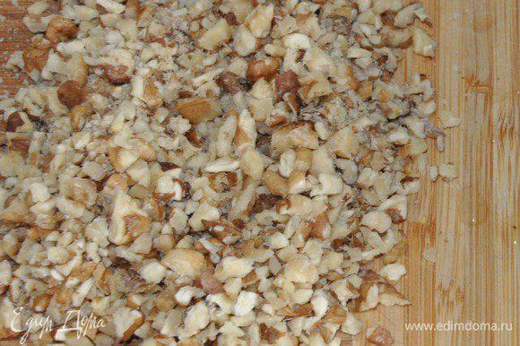 Займемся ореховым тестом. Включить разогреваться духовку до 180°C. Грецкие орехи порубить не очень мелко.