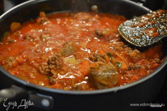 Налить воду, сахар, бульон и перемешать, затем томатный соус. Влить все это в массу, перемешать аккуратно. Довести и до кипения, убавить огонь и готовить еще 20 минут.