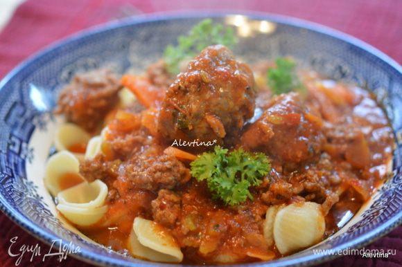 Отварить пасту итальянскую. Подавать с мясным соусом. Украсить зеленью свежей по желанию. Приятного аппетита.