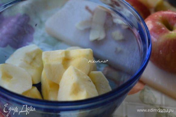 Яблоки по рецепту предлагается сорт Макинтош, я использовала сорт Фуджи, которые хороши для выпечки тоже. Очистить от кожуры и семечек. Нарезать тонко.