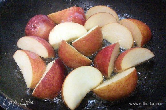 Когда курочка будет готова, нужно подготовить яблоки для обжарки. Просто порежьте их на 6 частей, удалив сердцевину и обжарьте на сливочном масле с обеих сторон до золотистой корочки. При такой быстрой кулинарной обработке в яблоках остаются все витамины и полезные вещества.