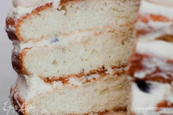 Собираем торт. Берем корж, пропитываем его сиропом, затем смазываем кремом, не очень густо выкладываем ягоды голубики, сверху ещё немного промазываем кремом, накрываем следующим коржом и повторяем действия. Самый верхний корж переворачиваем дном вверх — так верхушка будет ровнее, также пропитываем сиропом и смазываем кремом. Украшаем маленькими безешками и голубикой. Оставляем на ночь в холодильнике для пропитки.