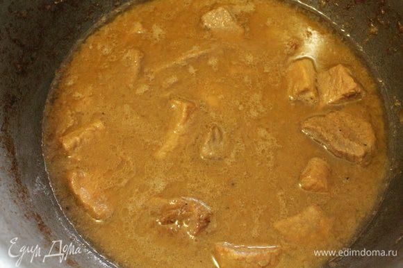 Добавляем кипяток, перемешиваем, убавить огонь до минимального, посуду накрыть крышкой и тушить мясо до готовности, мясо должно стать мягким. В конце приготовления добавляем соль по вкусу и тушим еще 15 минут. Жидкость будет испаряться, поэтому время от времени добавляем кипяток. Продолжительность тушения зависит от качества мяса, иногда хватает и 1 часа, а иногда уходит 2 часа.