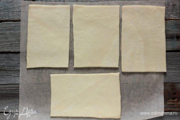 Тесто раскатайте на присыпанной мукой поверхности в прямоугольник толщиной 3 мм., затем разрежьте на 4 прямоугольника.