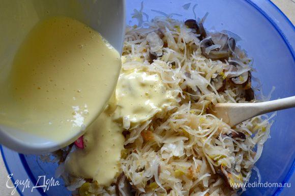 Переложить ее в большую миску и слегка остудить. Отдельно в миске взбить 2 яйца со столовой ложкой майонеза. Влить смесь в капусту и перемешать.