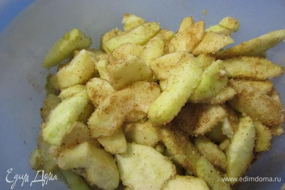 Этим временем подготовить начинку. Яблоки помыть, почистить от кожуры и семечек. Нарезать тонкими пластинками. Посыпать сахаром и корицей. Перемешать.