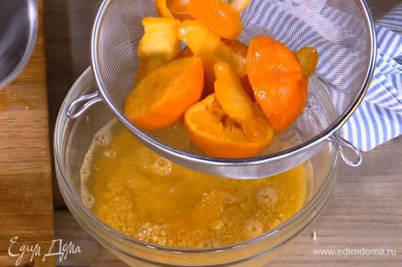 К апельсиновой мякоти с соком добавить кускус, влить через сито мандариново-медовую смесь и накрыть крышкой — кускус должен впитать жидкость и набухнуть.