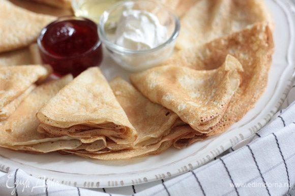 Возьмите блинную сковороду, смажьте ее растительным маслом. Жарьте блинчики, наливая тесто на сковороду маленьким половником. Подавайте блинчик с домашней сметаной, вареньем или медом. Приятного аппетита.